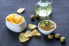 与橄榄色的橄榄凤尾鱼汤的土豆片 免版税库存图片