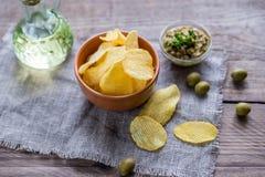 与橄榄色的橄榄凤尾鱼汤的土豆片 免版税库存照片
