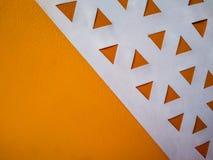 与橙色三角的抽象背景和象低多的白色空间 库存照片
