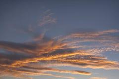 与橙色云彩的剧烈的天空 库存图片