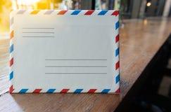 与橙色光的特写镜头白色减速火箭的样式信件evelope 免版税库存照片