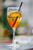 与橙色切片和秸杆的鸡尾酒 免版税图库摄影