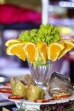 与橙色切片和蔬菜沙拉的开胃菜 免版税库存图片