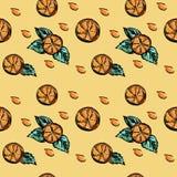 与橙色切片和绿色叶子的一个无缝的样式 免版税库存图片