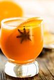 与橙色切片和茴香的新鲜的橙汁 库存照片