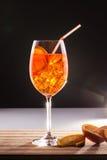 与橙色切片的异乎寻常的用大杯喝的饮料 免版税图库摄影