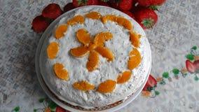 与橙色切片的美丽的蛋糕 图库摄影