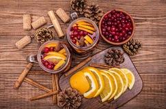 与橙色切片,蔓越桔,桂香的自创被仔细考虑的酒 免版税库存图片