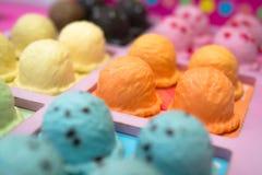 与橙色味道的冰淇凌大模型 免版税库存照片