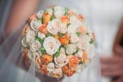 与橙色和白玫瑰的新娘花束 免版税库存图片