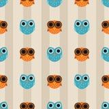 与橙色和蓝色猫头鹰的无缝的样式在镶边背景 向量例证