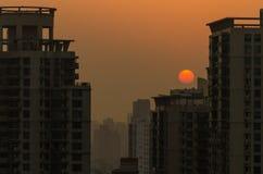 与橙色天空的日落上海在城市 免版税库存照片