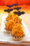 与橙色奶油的万圣节蛋糕 免版税库存图片