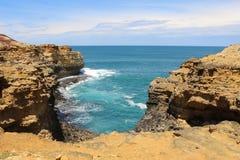 与橙色岩石的美丽的海岸和绿松石在大洋路,维多利亚,澳大利亚浇灌 库存图片