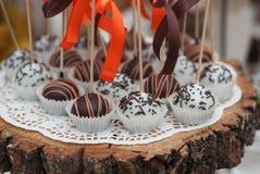 与橙色弓的巧克力球Cakepops,在木板 甜食物点心 鸡可口当事人快餐启动程序棍子 库存图片