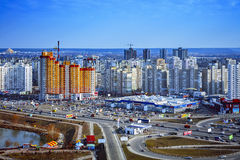 与橙色摩天大楼的Beautifull都市风景,天,室外 免版税库存照片