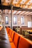 与橙色椅子的酒吧间 图库摄影