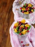 与橙色片断、蔓越桔和芝麻菜的水果沙拉 免版税库存图片
