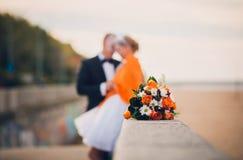 与橙色玫瑰和春黄菊的美丽的婚礼花花束 装饰,想法,背景 新娘女傧相 免版税库存照片