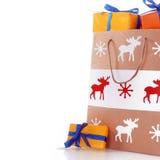 与橙色礼物的圣诞节纸袋 免版税库存照片