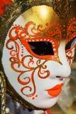 与橙色蔓藤花纹的金黄面具,威尼斯,意大利,欧洲 免版税库存照片