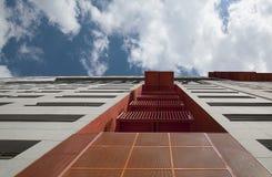 与橙色金属结构的现代大厦门面。 免版税库存照片