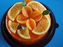 与橙色顶部的橙色蛋糕 库存照片