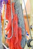 与橙色绳索的捕鱼网在渔船 免版税库存照片