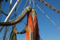 与橙色绳索的捕鱼网在渔船 库存照片