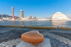 与橙色系船柱的神户海湾 免版税图库摄影