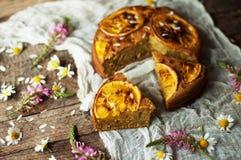 与橙风味的可口新鲜的自创饼,牛奶,黄油,鸡蛋 库存照片