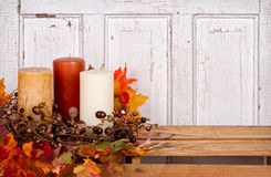 与橡子和叶子的秋天静物画 免版税库存照片