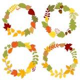 与橡子和莓果的秋叶花圈 免版税图库摄影
