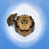 与橡木的山风景 免版税图库摄影