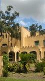 与橡树的西班牙样式建筑学 图库摄影