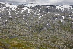 与次要路的挪威落矶山脉风景 挪威h 免版税图库摄影