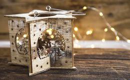 与欢乐光的土气木圣诞节蜡烛台 免版税图库摄影