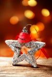 与欢乐星的圣诞卡和在抽象defo的红色丝带 免版税库存照片