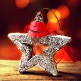 与欢乐星的圣诞卡和在抽象defo的红色丝带 库存图片