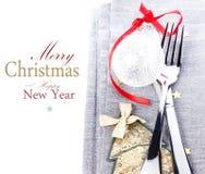 与欢乐桌餐位餐具和圣诞节d的圣诞卡 免版税库存图片