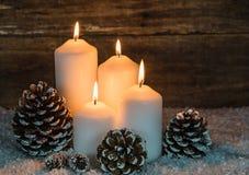与欢乐灼烧的蜡烛的圣诞节背景 库存图片