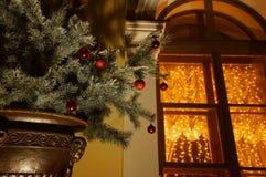 与欢乐球的圣诞树 库存照片