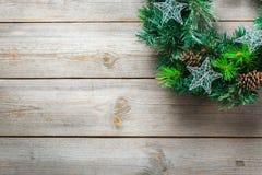 与欢乐装饰的出现圣诞节木门花圈 免版税库存图片