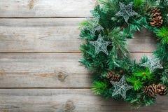 与欢乐装饰的出现圣诞节木门花圈 库存图片
