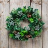 与欢乐装饰的出现圣诞节木门花圈 免版税库存照片