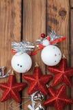 与欢乐装饰的圣诞节背景在一个黑暗的木板,圣诞节中看不中用的物品的构成,红色sta 库存图片