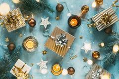 与欢乐装饰的圣诞节背景 免版税库存照片