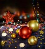 与欢乐装饰的圣诞节Toned被弄脏的背景 复制空间 库存照片