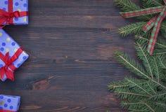 与欢乐装饰的布朗木背景,在t的空的空间 免版税库存照片