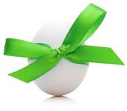 与欢乐绿色弓的复活节彩蛋在白色背景 库存照片